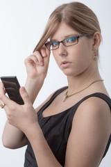 Junge blonde Frau mit Taschenrechner und Brille