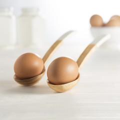 uova in cucchiaio di legno