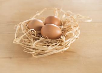 uova in nido paglia