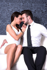 Verliebtes Paar auf dem Sofa