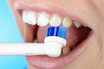 Elektrische Zahnbürste beim Zähne putzen