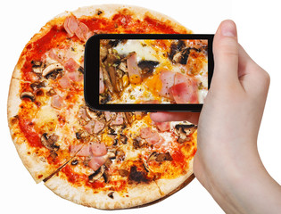 tourist photographs of pizza with prosciutto cotto