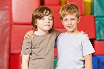 Zwei Kinder sind Freunde im Kindergarten