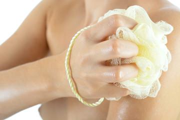 Frau bei Körperpflege mit Schwamm