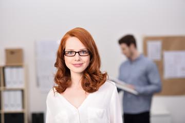 freundliche mitarbeiterin im büro