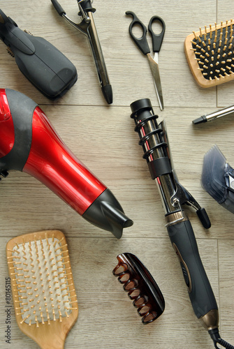 hairdressing tools on a wooden floor Plakat