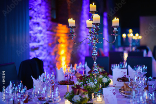 Fotobehang Boord Elegant candlelight dinner table by night