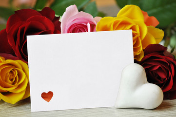 Rosen mit Geschenkkarte und Herz