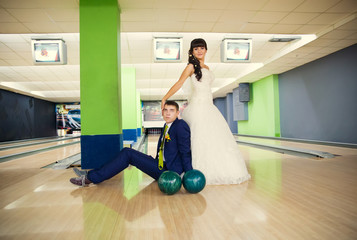 Young wedding couple in bowling
