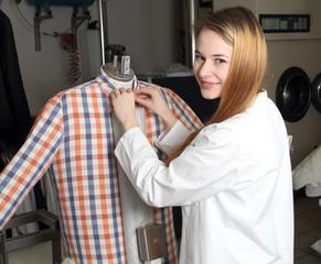 Mitarbeiterin einer Reinigung an Bügelpuppe