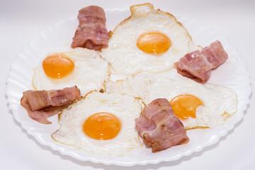 Bacon con huevos.
