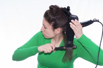 Chica secándose el pelo.
