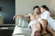 Detaily fotografie pár relaxační wellness centrum ležící v županu a ručník