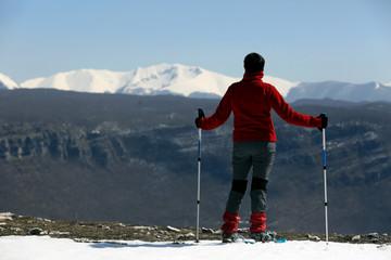 guardare le montagne con neve