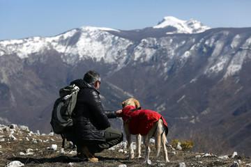 uomo e cane in montagna