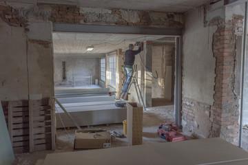 Ouvrier sur chantier du bâtiment
