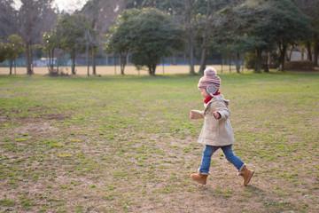 公園を走る少女