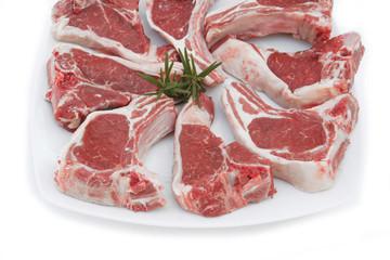 braciole di agnello su piatto_ sfondo bianco