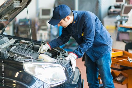 Leinwanddruck Bild Mechanic working in his workshop