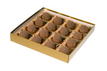 leckere Pralinen in einer Schachtel isoliert