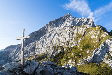 Gipfelkreuz und Alpspitze
