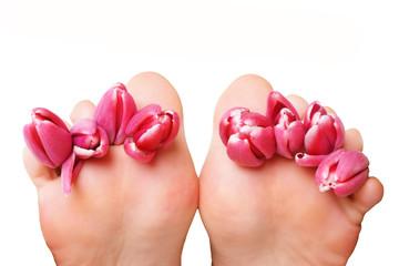 Füße mit roten Tulpen