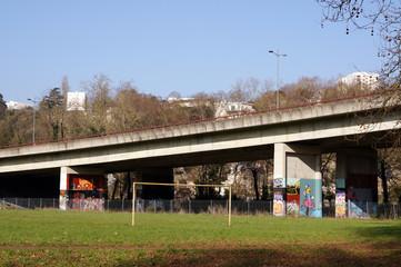terrain de foot abandonné sous la rocade de Poitiers