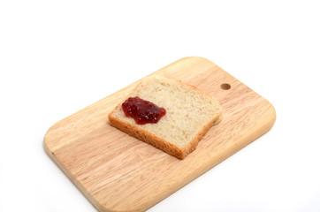 Toastbrot mit Marmelade auf Holzbrettchen
