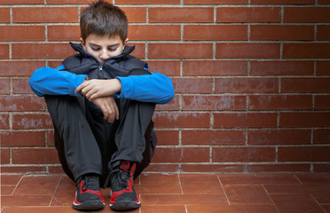bambino seduto da solo