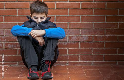 bambino seduto da solo - 80218533