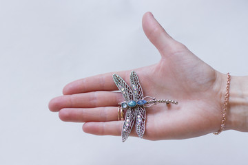 женская рука с украшениями