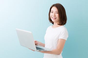パソコンを見る笑顔の女性