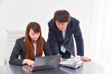 仕事を教えるビジネスマン