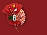 赤い背景の正月飾り