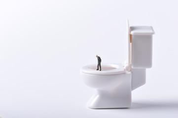 洋式のトイレとビジネスマン