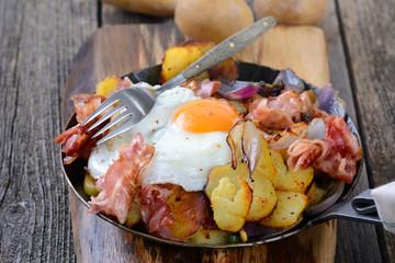 Bauernpfanne mit Bratkartoffeln, Speck und Spiegelei