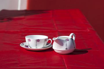 чайная пара на красной скатерти