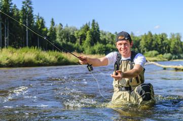 Fliegenfischer im Fluss