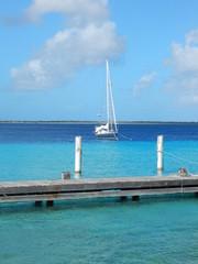 Segelboot vor Bonaire in der Karibik