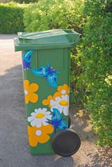 Müllcontainer mit bunten Aufklebern
