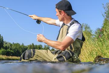 Fliegenfischer im Gewässer