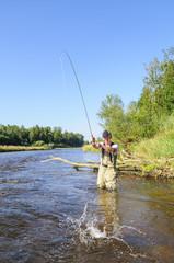 Mann beim Fliegenfischen