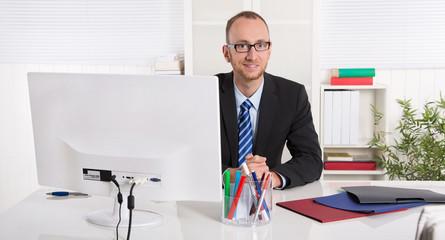 Fachlich versierter Angestellter: Business Mann im Büro