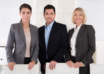 Erfolgreiches Business Team männlich weiblich in einer Gruppe