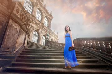 Schöne Frau in barocker Architektur