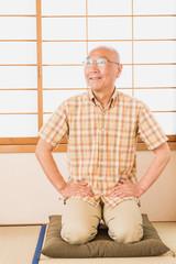 和室で笑顔のシニア