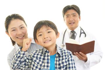 笑顔の家族と男性医師