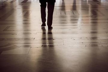 Persone che camminano sotto i portici facendo shopping