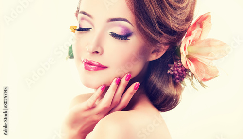 obraz lub plakat Wiosna świeżości. Dziewczyna z delikatnymi pastelowymi kwiatami we włosach
