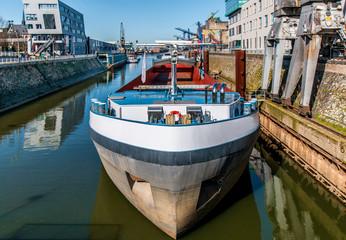 Neuss - Binnenschiff im Hafenbecken 01